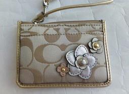 美國精品 COACH 新款 淺卡其大C Logo織紋 金色漆皮 花朵貼飾 卡夾鑰匙 多層 零錢包/ 證件包/鑰匙包- 新