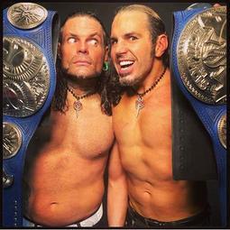 [美國瘋潮]正版 WWE The Hardy Boyz Logo Pendant Hardys兄弟檔紅橘色金屬項鍊