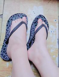 小腳女孩二手鞋NET黑色亮粉滿版愛心塗鴉人字拖夾腳拖鞋23號36號 原味鞋櫃 美腳 戀足