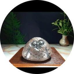 石雕貓頭鷹,茶寵,吉祥物,鐵丸石雕刻貓頭鷹,素人雕刻藝術作品,長約9公分,高約6公分,寬約5.5公分,造型典雅可愛