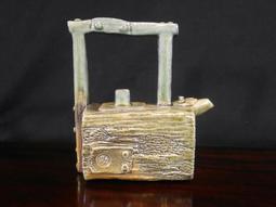 精美名家柴燒功夫茶壺,第七屆金壺獎作品入選作者,徐自助手捏柴燒茶壺,燒結完美,約250cc,25000元。